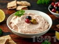 Тарама салата с хайвер от треска, лук, хляб, зехтин и маслини